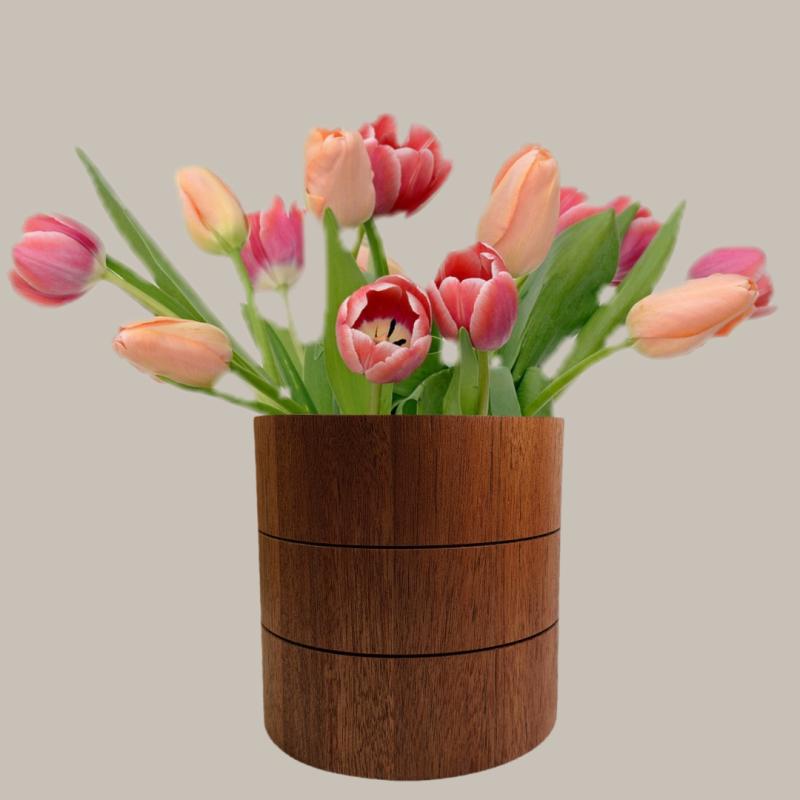 Bukiet tulipany w wazonie drewnianym