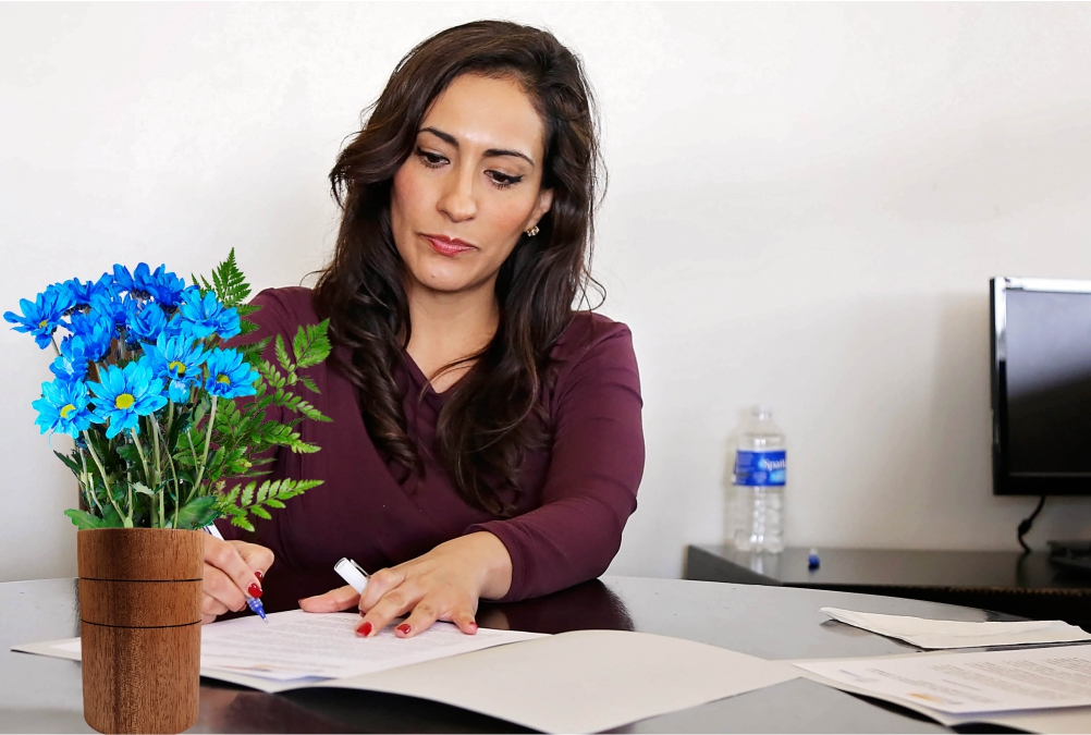 Kobieta wazon na biurku