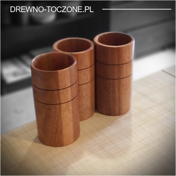 Trzy wysokie kubki drewniane meranti