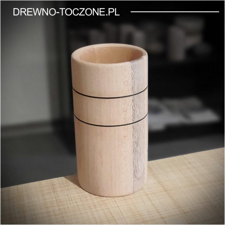 Stylizowany wysoki kubek drewniany